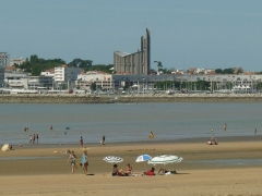 Eglise Notre-Dame - English: beach, port, sea front and church, Royan, Charente-Maritime, SW France