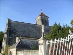 Eglise Saint-Cézaire -  Vue latérale de l'église romane