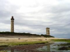 Vieux Phare des Baleines et phare des Baleineaux - Français:   Le phare des Baleines à gauche et le Vieux phare des Baleines à droite, situés à la pointe occidentale de l\'Île de Ré, sur la commune de Saint-Clément-des-Baleines. Ils datent respectivement de 1854 et de 1682. Leurs noms font référence aux échouages de cétacés fréquents sur cette côte de l\'île.
