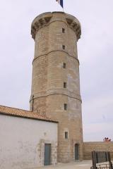 Vieux Phare des Baleines et phare des Baleineaux - Français:   Cette photographie de la Tour des Baleines présente bien les trois étages et l\' emplacement de l\' escalier à vis.  Construite sur ordre de Colbert entre 1666 et 1682 à l'extrémité nord-ouest de l' Île de Ré, la Tour des Baleines avait pour but de faire diminuer le nombre de naufrages de navire dans le pertuis d' Antioche et de servir de protection avancée à l' arsenal de Rochefort-sur-Mer . Cette tour , qui est un des plus vieux phares de France, a été équipée de différents systèmes lumineux. En premier, par un feu alimenté avec de l' huile de baleine puis avec du charbon, ensuite une lanterne à réverbère a été installée, cette dernière a été finalement remplacée par un feu tournant à éclipses. Se révélant peu efficace pour prévenir des naufrages (hauteur et portée lumineuse insuffisantes), la Tour des Baleines a été remplacée à partir de 1854 par  un ensemble de deux phares: le Phare des Baleines  et le Phare des Baleinaux. Elle a été classée bâtiment historique en 1904. La Tour des Baleines mesure 29 mètres de haut et 8 mètres de diamètre.  Elle a été entièrement restaurée en 2006-2007, de même que le bâtiment qui lui est accolé. Ce bâtiment abrite maintenant un musée. Présentée d'une manière synthétique, la Tour des Baleines (tour à feu) a servi de fanal, d' amer et de poste d' observation maritime de 1682 à 1854 (172 ans).  Site du Phare des Baleines, Saint-Clément-des-Baleines, Île de Ré, Charente Maritime, France.