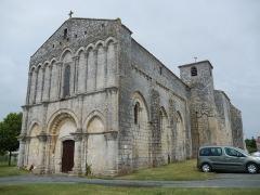 Eglise Saint-Hippolyte - Français:   La façade occidentale de l\'église de Saint-Hippolyte (Charente-Maritime, France).