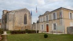 Eglise Saint-Hippolyte - Français:   L\'église et la mairie de Saint-Hippolyte, une commune française de Charente-Maritime.