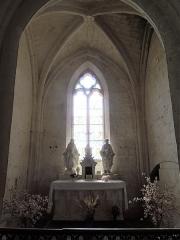 Eglise Sainte-Lheurine - Deutsch:   Blick auf den Altar und das Ostfenster im Seitenschiff der Kirche von Sainte-Lheurine