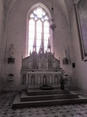 Eglise Sainte-Lheurine - Deutsch:   Blick auf den Hauptaltar und das Ostfenster im Hauptschiff der Kirche von Sainte-Lheurine