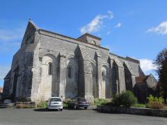 Eglise Sainte-Lheurine - Deutsch:   Die katholische Pfarrkirche von Sainte Lheurine, Südseite