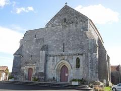 Eglise Sainte-Lheurine - Deutsch:   Westfront und Portal der katholischen Pfarrkirche in Sainte Lheurine