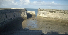 Citadelle et fortifications - English: Harbour for convicts in Saint-Martin de Ré, Ile de Ré, Charente-Maritime, France. The convicts, escorted by policemen and soldiers, were boarded on a tugboat to be transported to the bigger ship that would voyage to French Guinea or New Caledonia.