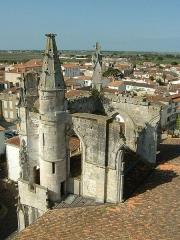 Eglise Saint-Martin dite Le Grand Fort - Français:   Saint Martin de Ré (Ile de Ré, Charente-Maritime, France): église Saint Martin: vestiges du croisillon sud du transept vus depuis le clocher.
