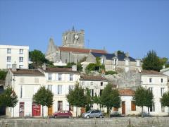 Eglise Saint-Savinien -  L'église sur son roc