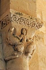 Eglise Saint-Saturnin - Deutsch: Pfarrkirche Saint-Sornin, Kapitell, Mensch mit 2 Löwen