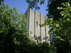 Tour de Broue -  Donjon vu depuis le sentier de promenade