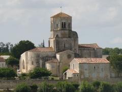 Eglise Saint-Sulpice - Français:   l\'église de St-Sulpice-d\'Arnoult, Charente-Maritime, France