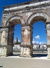 Arc de Triomphe -  Cathédrale Saint Pierre au loin