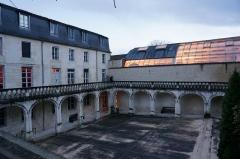 Ancien couvent des Jacobins et ancienne maison de Maurice Martineau, actuellement bibliothèque municipale - Français:   Vue de la cour de la médiathèque.