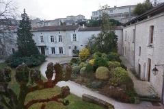 Ancien couvent des Jacobins et ancienne maison de Maurice Martineau, actuellement bibliothèque municipale - Français:   Vue de l\' Ancien couvent des Jacobins de Saintes.