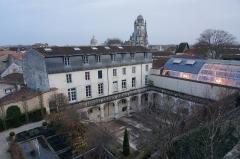 Ancien couvent des Jacobins et ancienne maison de Maurice Martineau, actuellement bibliothèque municipale - Français:   Saintes, depuis les jardins de la médiathèque une vue sur les salles de lecture, la cathédrale, le cloitre .