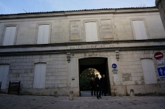 Ancien couvent des Jacobins et ancienne maison de Maurice Martineau, actuellement bibliothèque municipale - Français:   pORTE depuis la rue martineau jacobins.