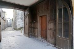 Ancien couvent des Jacobins et ancienne maison de Maurice Martineau, actuellement bibliothèque municipale - Français:   pORCHE de la maison martineau de l\'Ancien couvent des Jacobins de Saintes.