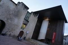 Ancien couvent des Jacobins et ancienne maison de Maurice Martineau, actuellement bibliothèque municipale - Français:   A Saintes, l\'entrée de la médiathèque.
