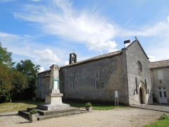 Eglise Saint-Pierre - English: Salignac-de-Mirambeau, the church Saint-Pierre and the war memorial