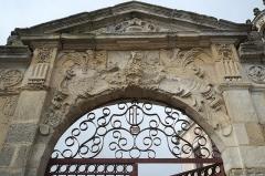 Ancienne seigneurie des Rohan - Deutsch: Hôtel des Rohan in Soubise im Département Charente-Maritime (Nouvelle-Aquitaine/Frankreich), heute Hôtel de ville (Rathaus); Portal in der Mauer mit der Jahreszahl 1888 im Gitter
