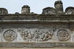 Ancienne seigneurie des Rohan - Deutsch: Hôtel des Rohan in Soubise im Département Charente-Maritime (Nouvelle-Aquitaine/Frankreich), heute Hôtel de ville (Rathaus); Fries an der Mauer