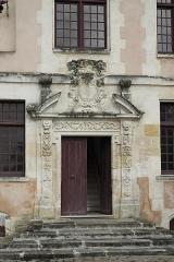 Ancienne seigneurie des Rohan - Deutsch: Hôtel des Rohan in Soubise im Département Charente-Maritime (Nouvelle-Aquitaine/Frankreich), heute Hôtel de ville (Rathaus); Portal