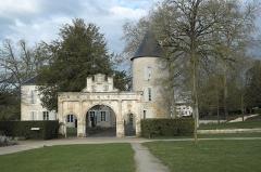 Ancien château - Deutsch: Schloss in Surgères im Département Charente-Maritime (Nouvelle-Aquitaine/Frankreich), Renaissance-Tor