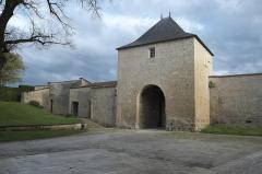 Ancien château - Deutsch: Mauer und Tor in Surgères im Département Charente-Maritime (Nouvelle-Aquitaine/Frankreich),
