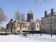 Eglise Notre-Dame - English: Surgères' Church and garden of the town hall on a winter snow day. Charente-Maritime (17), Poitou-Charentes, France, Europe.