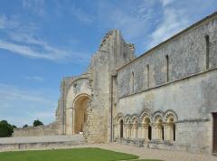 Ruines de l'ancienne abbaye - Français:   Prieuré de Trizay en France - Église rebâtie dans le troisième quart du xiie siècle avec portail à quatre voussures, façade à trois étages et abside circulaire. Elle est classée monument historique depuis 1913