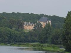 Château de Touffou - English: View of the Château from the Bonnes bridge. Château de Touffou in Bonnes, France