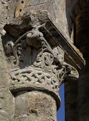 Ancienn abbaye Saint-Sauveur de Charroux - Abbaye Saint-Sauveur, Chapiteau endommagé de la tour Charlemagne (XIe siècle), Charroux, Vienne, France.