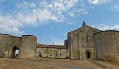 Château - Français:   Enceinte et église romane