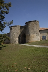 Château - Deutsch:   Château-Larcher, Hauptportal des Castrums, Wehrtürme