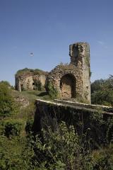 Château - Deutsch: Château-Larcher, Burruine, vorne Burggraben, ehem. Zugbrücke