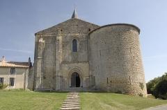 Eglise Notre-Dame - Deutsch:   Château-Larcher, Kirche u. Wehrturm von W