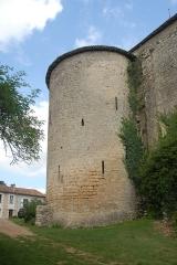 Eglise Notre-Dame - Deutsch:   Château-Larcher, Wehrturm an Kirche, von SW