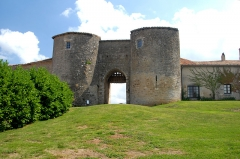 Eglise Notre-Dame - Deutsch:   Château-Larcher, Hauptportal zum Castrum