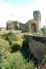 Eglise Notre-Dame - Deutsch:   Château-Larcher, Burgruine von S, vorne Ersatz der alten Zugbrücke