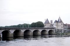 Pont Henri IV - Français:   Le Pont Henri IV encadré de ses deux tours sur la rive gauche de la Vienne. L'ensemble a été classé Monument Historique en 1913. En arrière plan, on peut voir le clocher de l'église Saint Jean l\'Evangéliste.     Châtellerault, Vienne, France.