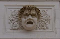 Théâtre municipal - Français:   Masque sur la façade du théâtre de Châtellerault