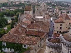 Château d'Harcourt -  Photographie des toits et du Château de Harcourt et du château baronial fr:Chauvigny dans la Vienne, prise par Accrochoc le 23 août fr:2006 depuis le sommet du donjon de Gouzon.