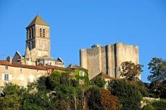 Donjon de Gouzon - Deutsch: St.-Pierre Chauvigny, Kirchturm  überragt den Donjon