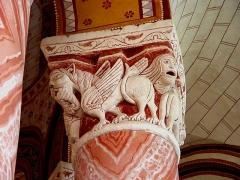 Eglise Saint-Pierre - Chapiteau roman orné de monstres