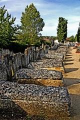 Cimetière gallo-romain - Deutsch: Nekropole, Sarkophage in Reihe, am