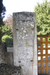 Cimetière gallo-romain - Deutsch: Civaux, Nekropole, Sarkophagdeckel am Eingang