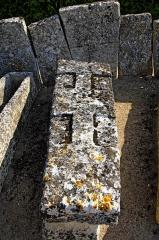 Cimetière gallo-romain - Deutsch: Civaux, Nekropole, Sarkophagdeckel, ornamentiert, am