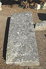 Cimetière gallo-romain - Deutsch: Civaux, Nekropole, Sarkophagdeckel mit Kreuzgravuren
