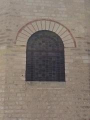 Eglise Saint-Gervais Saint-Protais - English: Jeu de polychromie, baie centrale, chevet, église de Civaux.